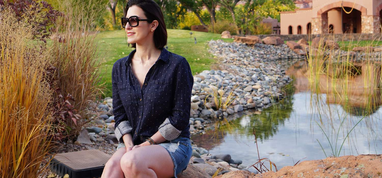 Look de Viagem | Camisa amarradinha, shorts jeans e tênis branco