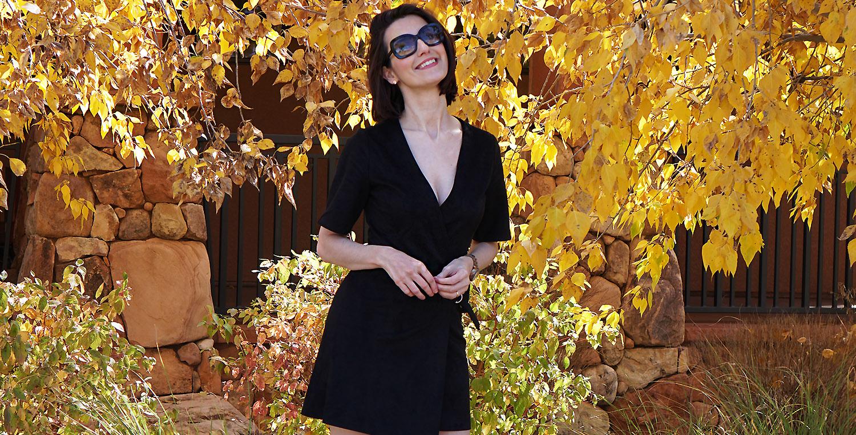 Look do Dia | Vestido preto transpassado, tênis branco e mochila