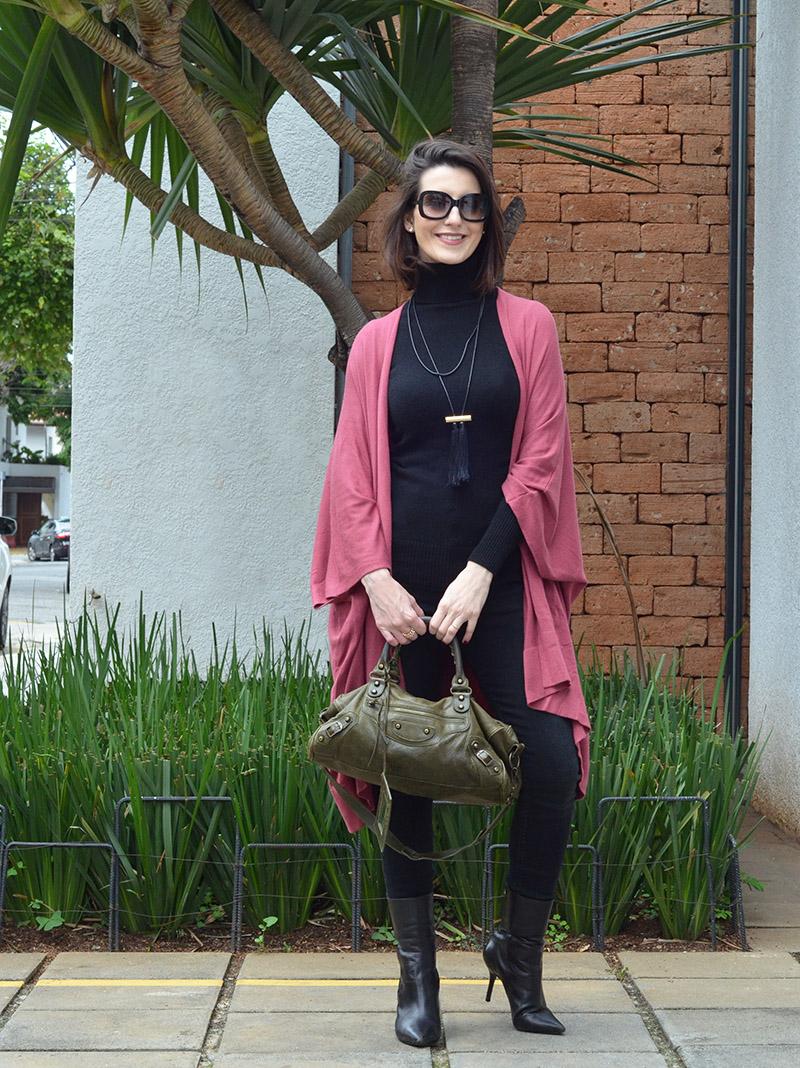 calça preta e capa rosê