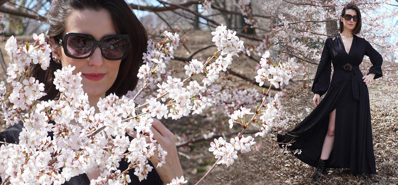 Vestido longo e coturno em um passeio lindo pelo Central Park na primavera